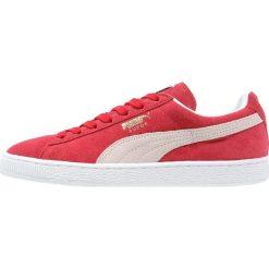 Puma SUEDE CLASSIC+ Tenisówki i Trampki team regal red/white. Czerwone trampki męskie Puma, z materiału. W wyprzedaży za 239,25 zł.