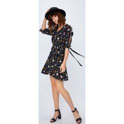 Medicine - Sukienka Secret Garden. Szare sukienki mini MEDICINE, na co dzień, l, z haftami, z tkaniny, casualowe, rozkloszowane. W wyprzedaży za 69,90 zł.