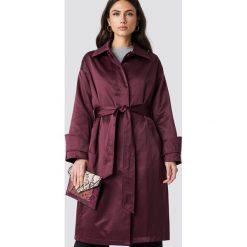 NA-KD Błyszczący płaszcz - Purple. Szare płaszcze damskie marki NA-KD, z bawełny, z podwyższonym stanem. Za 283,95 zł.