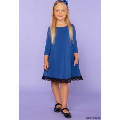 Elegancka sukienka z koronką, TD25_5, chabrowy. Niebieskie sukienki dziewczęce dzianinowe Pakamera, w koronkowe wzory, eleganckie. Za 89,00 zł.