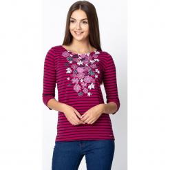 Wiśniowa bluzka w pasy z kwiatami QUIOSQUE. Różowe bluzki z odkrytymi ramionami marki QUIOSQUE, z nadrukiem, z bawełny, biznesowe, z dekoltem w łódkę. W wyprzedaży za 59,99 zł.
