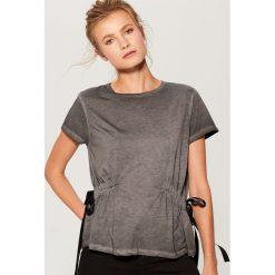 Koszulka z ozdobnymi taśmami - Szary. Brązowe t-shirty damskie marki Mohito, m. Za 59,99 zł.