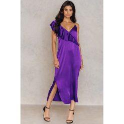 NA-KD Party Asymetryczna sukienka bieliźniana midi z falbanką - Purple. Fioletowe sukienki asymetryczne marki NA-KD Party, na imprezę, z wiskozy, z asymetrycznym kołnierzem, midi. Za 40,95 zł.
