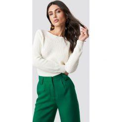 Rut&Circle Sweter Quini - White. Szare swetry klasyczne damskie marki Vila, l, z dzianiny, z okrągłym kołnierzem. Za 121,95 zł.