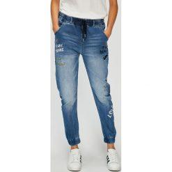 Desigual - Jeansy Celana. Niebieskie jeansy damskie rurki marki Desigual, z bawełny, z obniżonym stanem. W wyprzedaży za 349,90 zł.