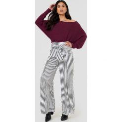 Swetry klasyczne damskie: NA-KD Dzianinowy sweter z odkrytymi ramionami – Red