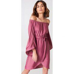 NA-KD Sukienka z odkrytymi ramionami - Pink. Różowe długie sukienki NA-KD, z poliesteru, z długim rękawem, z odkrytymi ramionami. Za 161,95 zł.