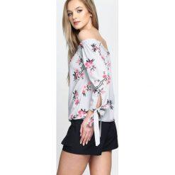 Jasnoszara Bluzka Exposition. Szare bluzki hiszpanki marki Born2be, s, w kwiaty, z długim rękawem. Za 59,99 zł.
