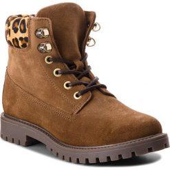 Trapery GUESS - FLTMR3 SUE10 BROWN. Brązowe buty zimowe damskie marki Guess, z materiału. W wyprzedaży za 579,00 zł.