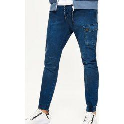 Jeansy SLIM JOGGER - Granatowy. Niebieskie jeansy męskie regular Cropp. W wyprzedaży za 59,99 zł.