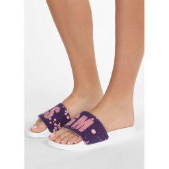 MSGM 2TONE DRIP POOL SLIDE Klapki purple/pink. Fioletowe chodaki damskie MSGM, z materiału. W wyprzedaży za 471,20 zł.