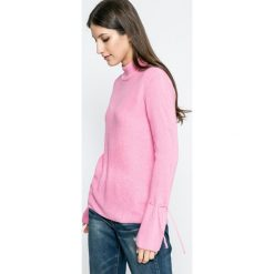 Jacqueline de Yong - Sweter. Różowe swetry klasyczne damskie Jacqueline de Yong, l, z dzianiny. W wyprzedaży za 49,90 zł.