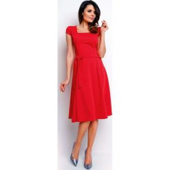 Czerwona Wyjściowa Rozkloszowana Sukienka z Dekoltem Karo. Czerwone sukienki balowe marki Molly.pl, do pracy, l, z dekoltem na plecach, mini, dopasowane. W wyprzedaży za 105,93 zł.