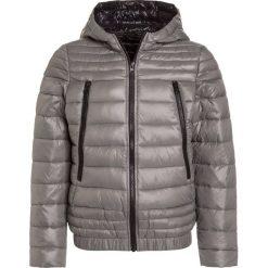 Sisley Kurtka zimowa light grey. Szare kurtki chłopięce przeciwdeszczowe Sisley, na zimę, z materiału. W wyprzedaży za 174,30 zł.