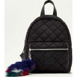 Plecaki damskie: Mały pikowany plecak w czarnym kolorze
