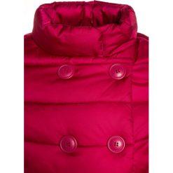 Benetton GIRL Płaszcz zimowy berry. Fioletowe kurtki chłopięce marki Benetton, na zimę, z materiału. W wyprzedaży za 136,95 zł.