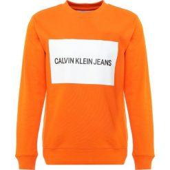 Calvin Klein Jeans INSTITUTIONAL BOX CREW NECK Bluza orange. Brązowe bluzy męskie Calvin Klein Jeans, m, z bawełny. Za 419,00 zł.