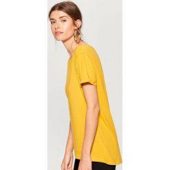 Swobodna koszulka - Żółty. Żółte t-shirty damskie marki Mohito, l. Za 29,99 zł.