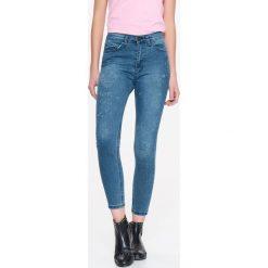 Spodnie damskie: SPODNIE JEANSOWE DAMSKIE Z OZDOBNYMI PRZETARCIAMI, RURKI