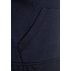 Bench CORE Bluza z kapturem dark navy blue. Niebieskie bluzy chłopięce rozpinane marki Bench, z bawełny, z kapturem. W wyprzedaży za 135,20 zł.