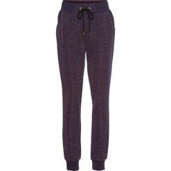 Spodnie dresowe damskie: Spodnie dresowe z połyskującą nitką bonprix ciemny lila – złoty