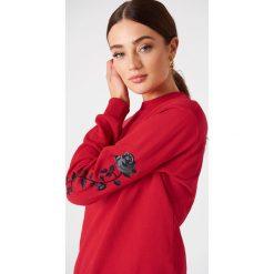 NA-KD Bluza z wyszywanymi różami na rękawach - Red. Czerwone bluzy rozpinane damskie NA-KD, długie. Za 133,95 zł.