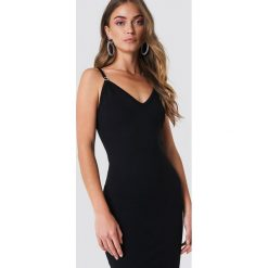 Galore x NA-KD Sukienka midi z głębokim dekoltem - Black. Czarne sukienki na komunię marki Galore x NA-KD, dekolt w kształcie v, midi, dopasowane. Za 161,95 zł.