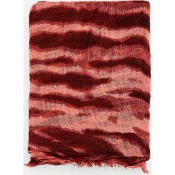 Chustka tie-dye w kolorze bordo. Czerwone chusty damskie Pull&Bear. Za 48,90 zł.