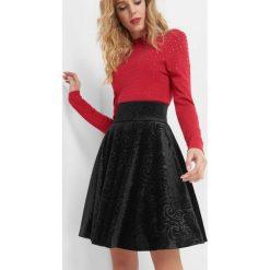 Aksamitna spódnica ze wzorem. Czarne minispódniczki Orsay, z dzianiny, z podwyższonym stanem, rozkloszowane. Za 99,99 zł.