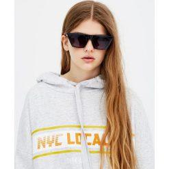 Bluza z kapturem i napisem. Szare bluzy męskie rozpinane marki Pull & Bear, okrągłe. Za 39,90 zł.