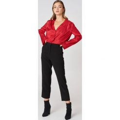 NA-KD Trend Spodnie z surowo wykończonymi nogawkami - Black. Białe spodnie z wysokim stanem marki NA-KD Trend, z nadrukiem, z jersey, z okrągłym kołnierzem. Za 161,95 zł.