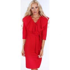 Sukienka z falbaną przy dekolcie czerwona 1857. Czerwone sukienki Fasardi, na imprezę, l. Za 99,00 zł.