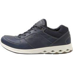 Ecco WAYFLY Obuwie do biegania Turystyka blue. Niebieskie buty trekkingowe męskie ecco, z materiału, do biegania. W wyprzedaży za 375,20 zł.