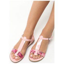 Różowe Sandały Polichroma. Czerwone sandały damskie Born2be, w kolorowe wzory, na płaskiej podeszwie. Za 24,99 zł.