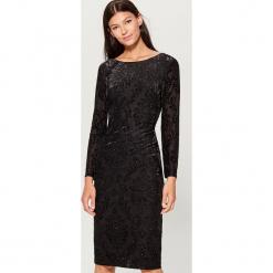 Sukienka z tkaniny devore - Czarny. Czarne sukienki z falbanami marki Mohito, m, z tkaniny. Za 169,99 zł.