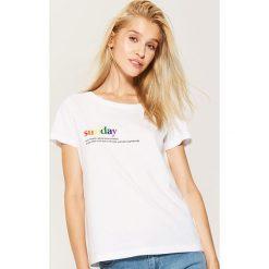 Koszulka z napisem - Biały. Czerwone t-shirty damskie marki Cropp, l, z napisami. W wyprzedaży za 15,99 zł.