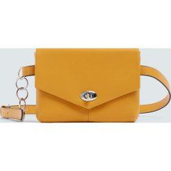 Musztardowa torebka nerka z łańcuszkiem. Brązowe torebki klasyczne damskie Pull&Bear. Za 69,90 zł.