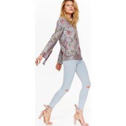 Swetry oversize damskie: SWETER DAMSKI W KWIATY, Z DZIANINY Z POŁYSKIEM I WIĄZANIEM PRZY RĘKAWIE