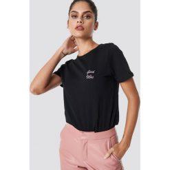 NA-KD T-shirt Good Vibes - Black. Czarne t-shirty damskie NA-KD, z materiału, z okrągłym kołnierzem. Za 72,95 zł.