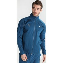 Nike Performance ROGER FEDERER JACKET Kurtka sportowa blue force/metallic silver. Niebieskie kurtki sportowe męskie marki Nike Performance, m, z bawełny. W wyprzedaży za 391,20 zł.