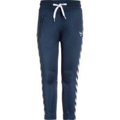 Hummel PANTS Spodnie treningowe blue wing teal. Niebieskie spodnie chłopięce marki Hummel, z bawełny. Za 169,00 zł.