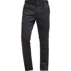 GStar BRONSON SLIM CHINO Chinosy black. Czarne rurki męskie G-Star, z bawełny. W wyprzedaży za 367,20 zł.