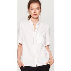 Koszula z kontrastowym przeszyciem - Biały. Białe koszule damskie marki Mohito, z kontrastowym kołnierzykiem. W wyprzedaży za 59,99 zł.