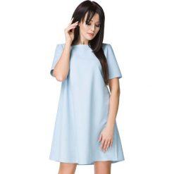 Błękitna Sukienka o Kształcie litery A. Niebieskie sukienki koktajlowe Molly.pl, na co dzień, l, w jednolite wzory, z tkaniny, z dekoltem w łódkę, z krótkim rękawem, mini, oversize. Za 159,00 zł.