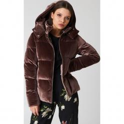 Boohoo Aksamitna kurtka z ociepleniem - Brown. Brązowe bomberki damskie Boohoo. W wyprzedaży za 129,58 zł.
