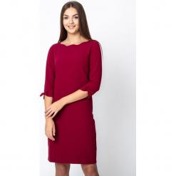 Bordowa gładka sukienka QUIOSQUE. Czerwone sukienki na komunię marki QUIOSQUE, do pracy, biznesowe, z dekoltem na plecach. Za 219,99 zł.