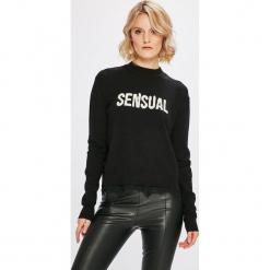Guess Jeans - Sweter Addy. Czarne swetry klasyczne damskie Guess Jeans, m, z dzianiny, z okrągłym kołnierzem. Za 369,90 zł.