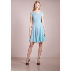 Patrizia Pepe ABITO DRESS Sukienka koktajlowa queen azure. Niebieskie sukienki koktajlowe marki Patrizia Pepe, z acetatu. W wyprzedaży za 557,55 zł.