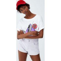 Jeansowe spodenki mom fit w bladoróżowym kolorze. Szare szorty jeansowe damskie marki Pull&Bear. Za 89,90 zł.
