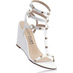 Sandały bonprix biały. Zielone sandały damskie marki bonprix, w kropki, z kopertowym dekoltem, kopertowe. Za 59,99 zł.